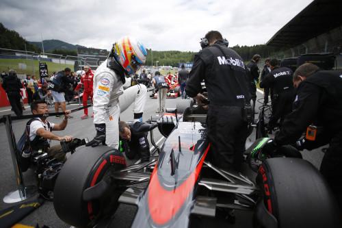 Fernando Alonso sinalizou que quer por os pés na F-Indy já em 2016 (foto McLaren Media Centre)