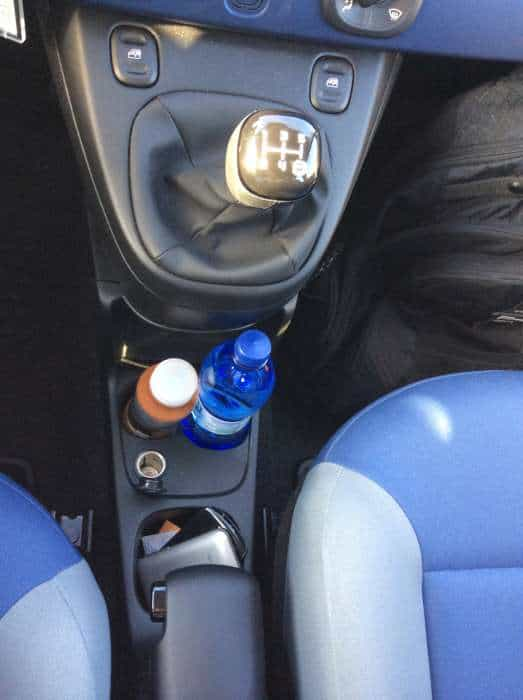 Porta-copos, 12V, interior simples e bem resolvido
