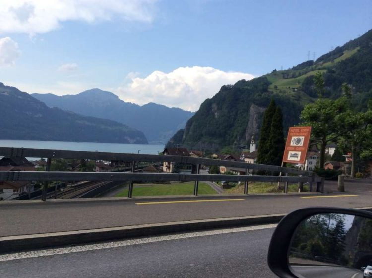 Sisikon, uma comuna na Suíça à beira do lago em meu caminho