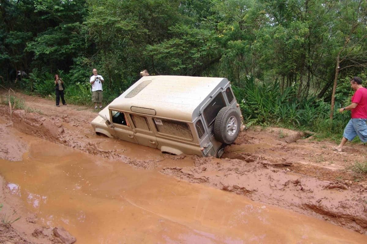 Defender atolado pela lateral esquerda e apoiado pelos pneus, ao invés de apoiado pela lataria. Foto: arquivo TRAILWAY