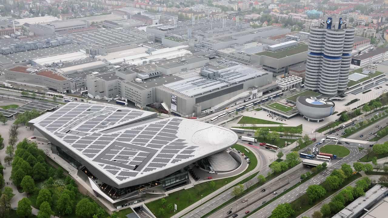 Complexo BMW em Munique com a fábrica, o prédio da matriz, o museu e o Welt, vistos da torre da Vila Olímpica