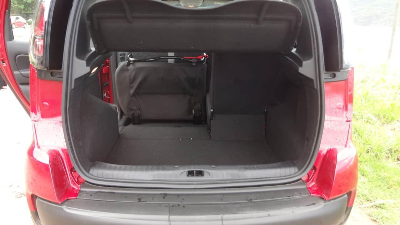 Porta-malas com 403 litros. Com assentos rebatidos sobe para 1.500 litros