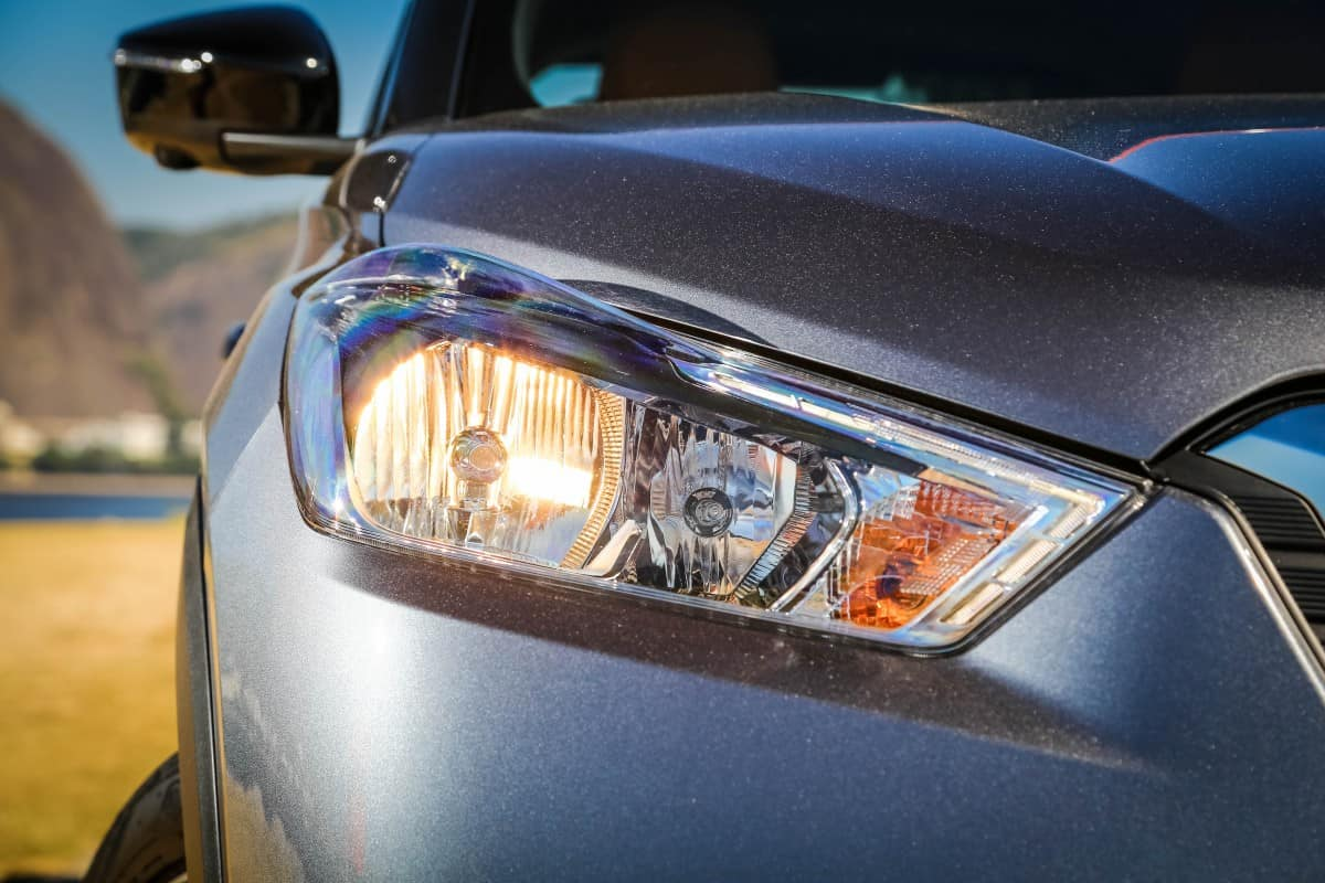 Faróis tem discretas faixas de led. Contençnao de custos? (Foto Nissan)