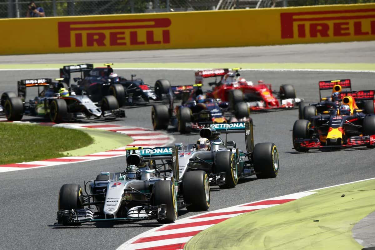 Rosberg e Hamilton novamente se estranharam e, desta vez, se eliminaram (Foto Mercedes)