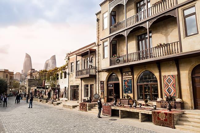 SItuada 28 metros abaixo do nível do mar, Baku é a principal metrópole do Mar Cáspio (Foto BakuCircuit.Com)