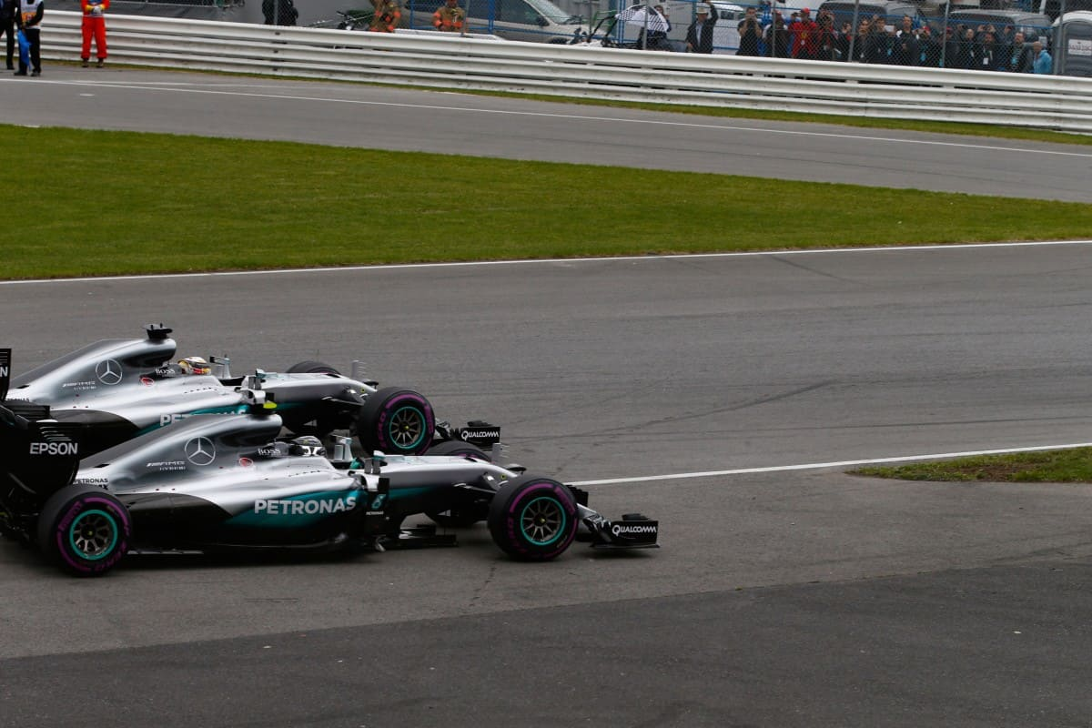 A discussão doméstica foi resolvida logo na segunda curva. Hamilton levou a melhor (Foto Mercedes)
