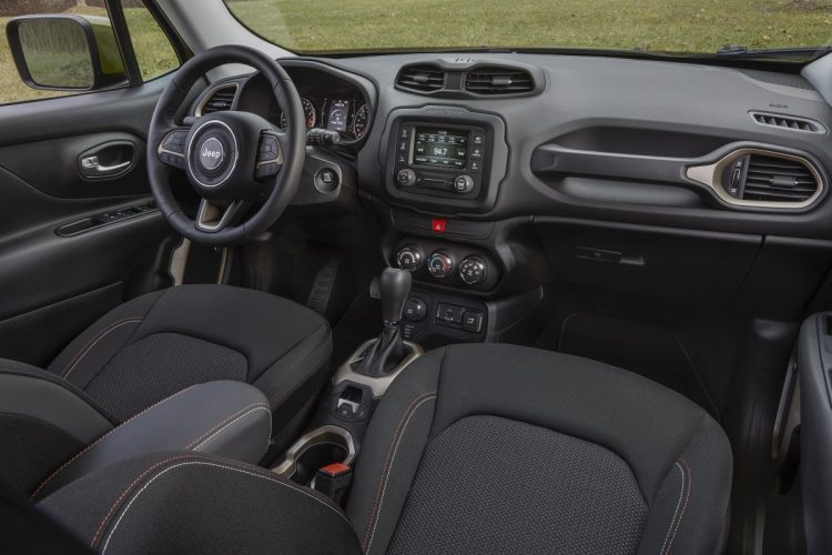 Visual do interior do Jeep Renegade 75th Anniversary no mercado americano. Foto: divulgação