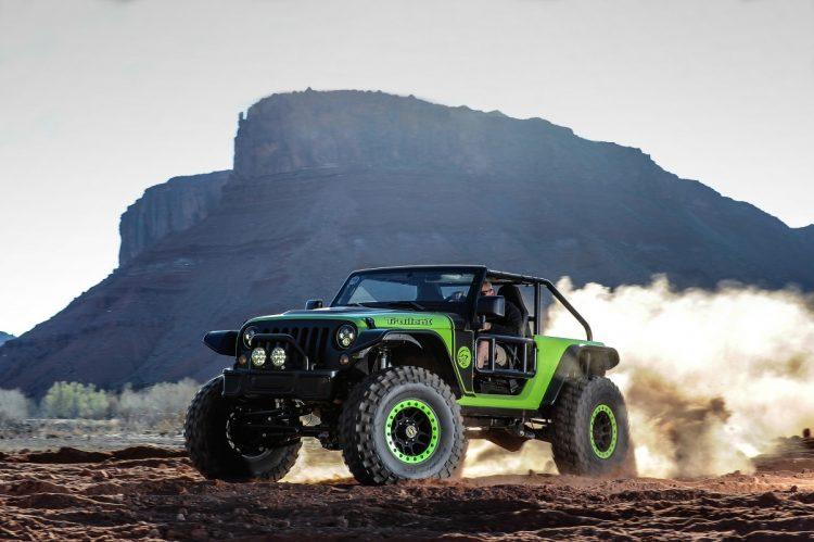 """Jeep Trailcat - preparado para ser o melhor em altas velocidades ou trilhas radicais, equipado com um estonteante motor à gasolina V-8 Hemi, 6,2l, 717CV acoplado à um câmbio manual de 6 velocidades. Teve o entre-eixos alongado em 30cm a partir de uma plataforma do Wrangler, utilizando eixos Dana 60, amortecedores Fox e pneus de 39,5"""" em rodas de 17"""" com beadlocks (travas que evitam que o pneu destalone em uso off-road severo). Cor exclusiva, grade na cor preta e faróis de led compõe o visual. Andando é um """"animal"""", a aceleração em 2a. e 3a. marcha me custaram duas grandes broncas do instrutor que me acompanhava. Verdadeiramente, um veículo para ser domado quando ruge alto seus mais de 700CV. Uma tentação - e um perigo para os desavisados. Não consegui avaliar nada mais do que a resposta do acelerador, era só o que eu tinha vontade de fazer: acelerar. Foto: divulgação"""