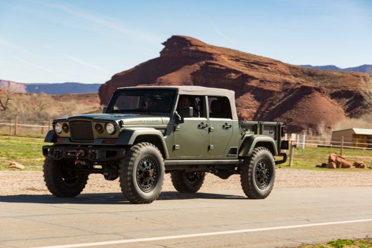 """Jeep Crew Chief 715 - inspirado no veículo militar Kaiser M715, foi criado como homenagem à origem militar da marca. Tendo como base um Jeep Wrangler, utiliza o mesmo motor a gasolina Pentastar com 3,6l, V-6, 285CV acoplado à um câmbio automático de 05 velocidades, utilizando eixos Dana 60, rodas de 20"""" com beadlock (impede que o pneus destalone em uso off-road severo) e pneus militares de 40"""", recebendo reforço em freios e sistema de escapamento modificado (que belo ronco!!). Cores e parachoques remetem ao uso militar. Anda bem, freia bem mas ficou muito duro para o uso off-road. Talvez carregado, já que ele tem uma caçamba generosa, fique um pouco mais macio. Foto: divulgação"""