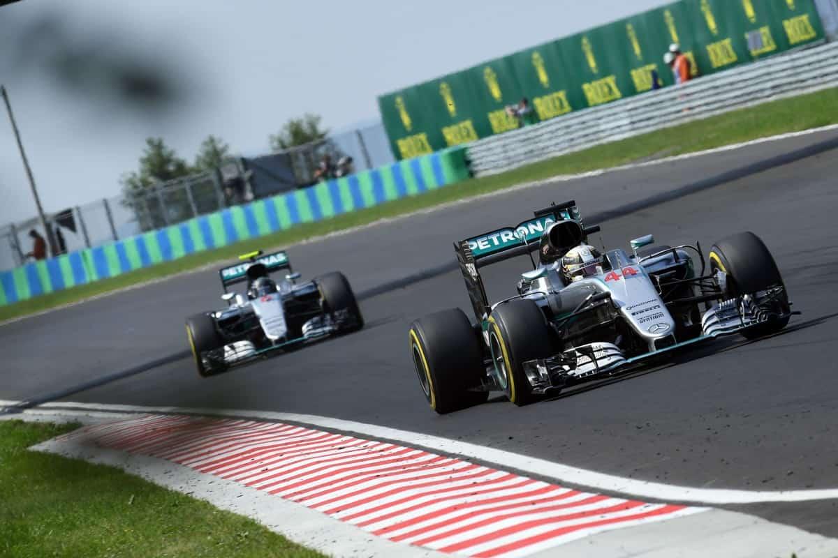 Hamilton agora lidera Rosberg na pista e no campeonato (Foto Mercedes)