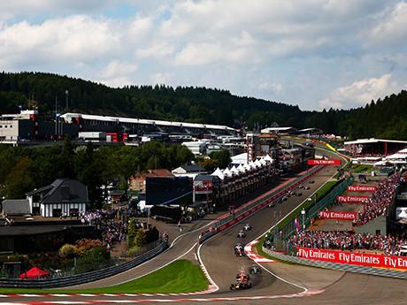 A foto clássica de Spa: a curva Eau Rouge, logo após os antigos boxes (Foto Mercedes)