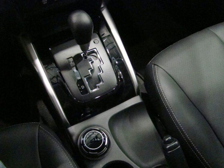 """Detalhe da alavanca de câmbio em """"trilho"""" e do botão de acionamento do sistema de Tração 4x4. Foto: autor"""