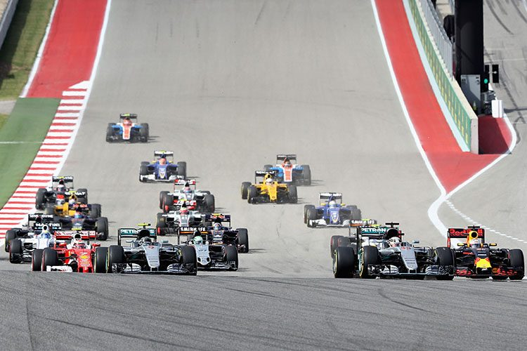 Ricciardo largou bem e se infiltrou entre as duas Mercedes (Foto Red Bull)
