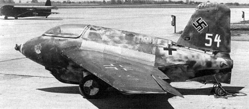O Messerschmitt Me-163 Komet. Um motor foguete e o emprego de patins de trem de pouso. Mais pilotos morreram tentando manejar essa aeronave do que abatidos por adversários. (http://www.militaryfactory.com/)