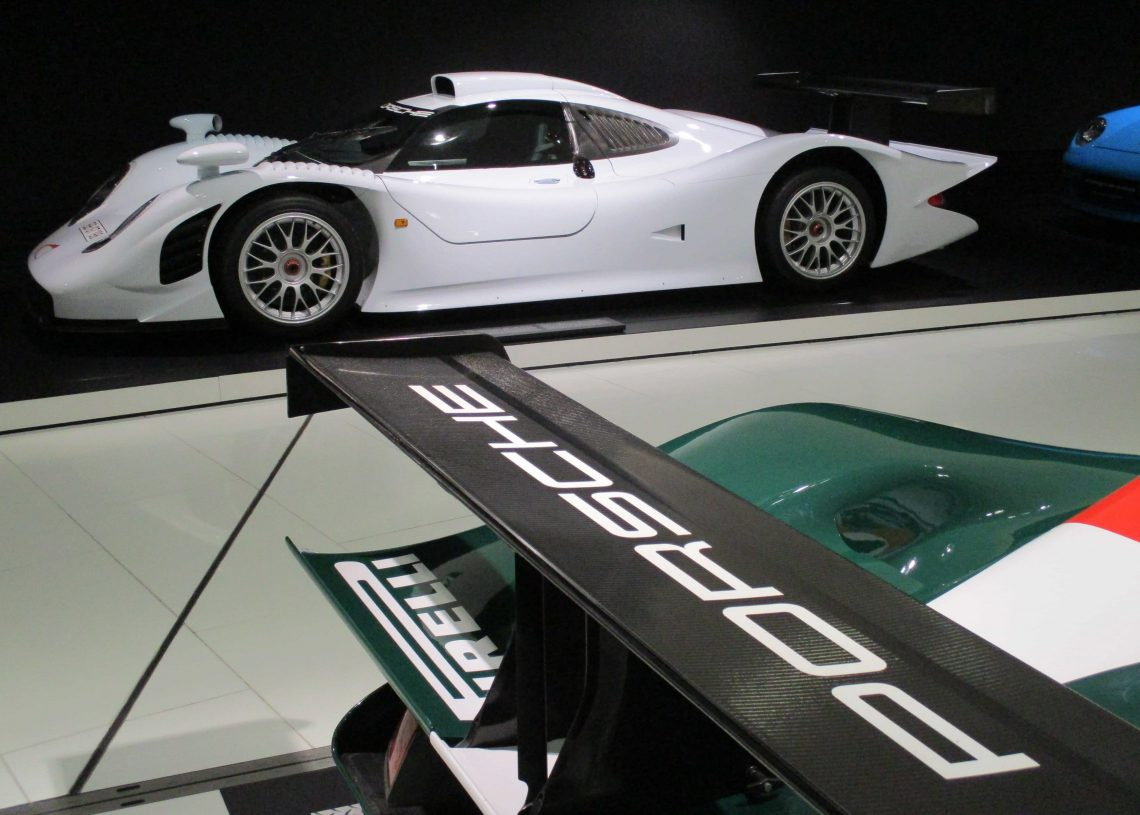 Em branco, o 911 GT1 de rua