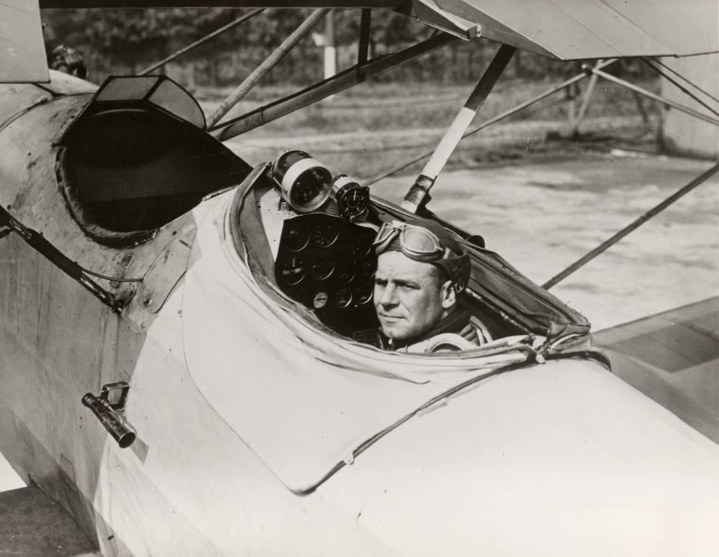 """James H. Doolittle pouco antes do primeiro vôo """"cego"""". Observe a instrumentação no painel."""