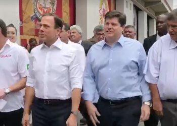 João Dória (segundo a partir da esquerda) em visita à Fábrica do Samba