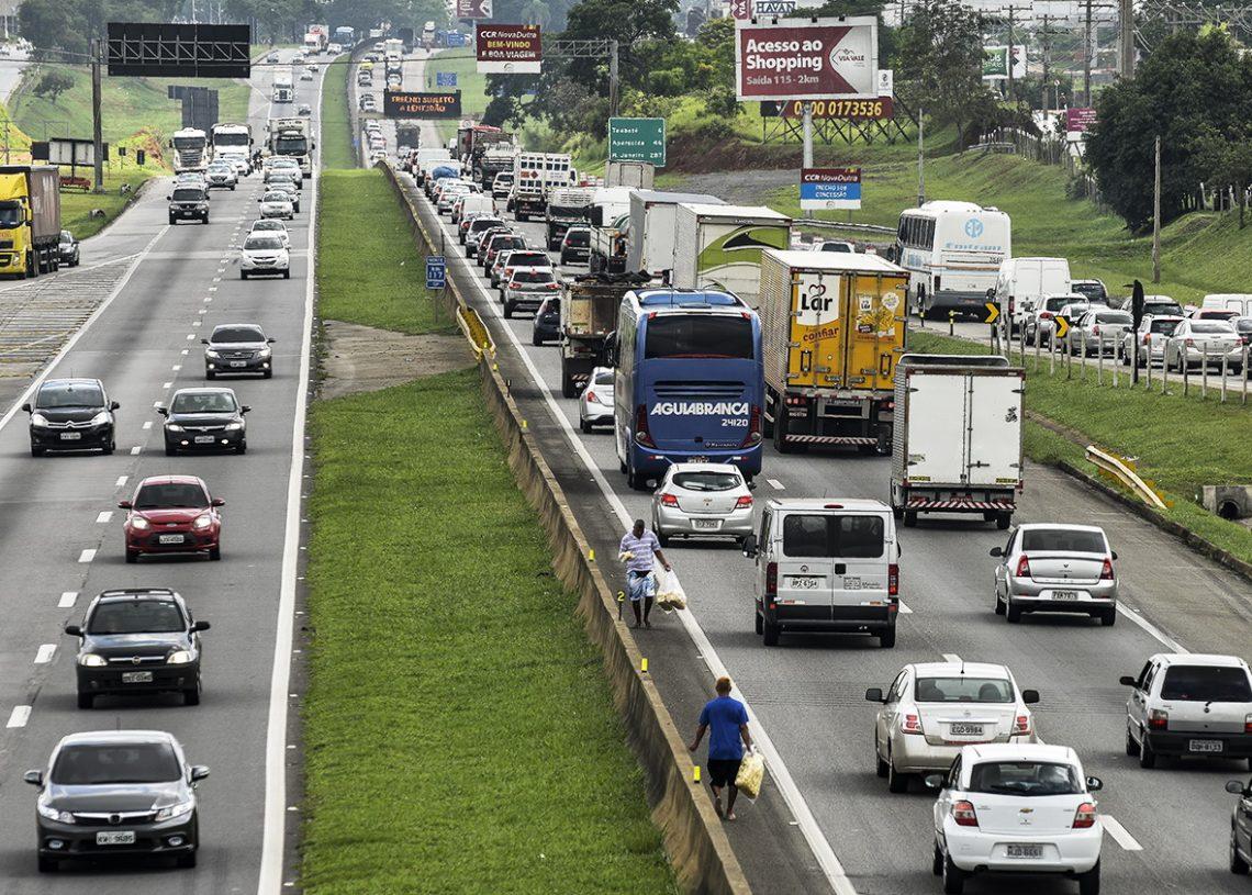 """SP - TR¬NSITO/DUTRA - GERAL - Movimento intenso de veÌculos na   Rodovia Presidente Dutra (BR-116), na   altura do km 118, no entroncamento com   a Rodovia Carvalho Pinto, que d· acesso   ao Litoral Norte de S""""o Paulo, na   altura do municÌpio de TaubatÈ, na   manh"""" desta quinta-feira, 28.    28/12/2017 - Foto: LUCAS LACAZ RUIZ/ESTAD?O CONTE?DO"""