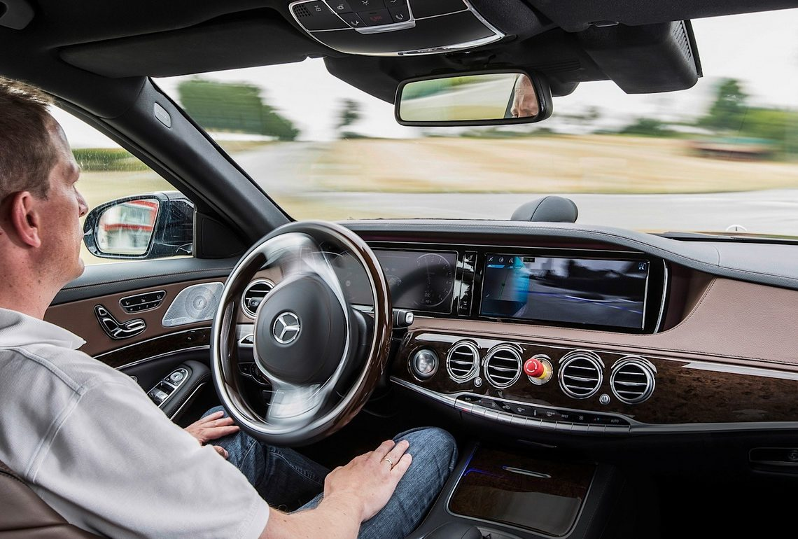 Mercedes-Benz S 500 INTELLIGENT DRIVE - autonom durch Überland- und Stadtverkehr  Mercedes-Benz S 500 INTELLIGENT DRIVE - autonomously through country roads and inner-city traffic