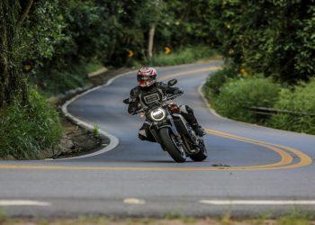 O farol identifica a nova CB de longe (Foto: Caio Mattos - divulgação Honda)