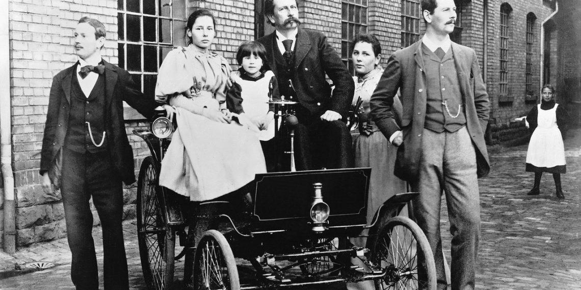 Carl Benz com sua família no lançamento do Velociped Motorizado (Foto: Arquivo Mercedes-Benz)