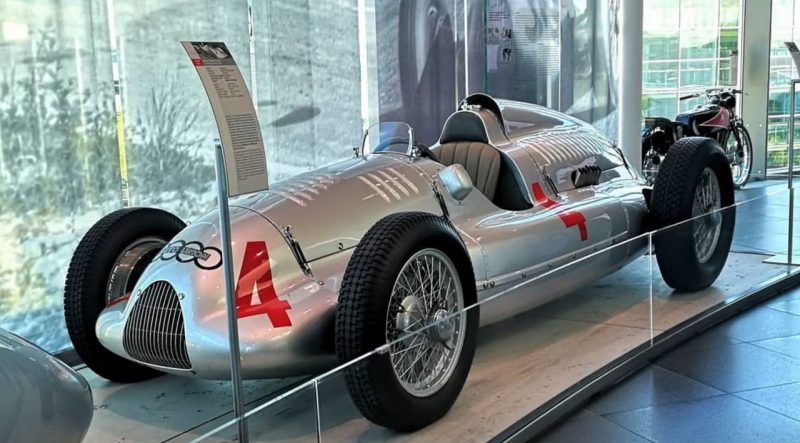 Auto Union D de 1938, evolução do D: piloto mais pata trás, motor V-8 em em vez do V-16 e suspensão traseira De Dion no lugar dos semieixoa oscilantes