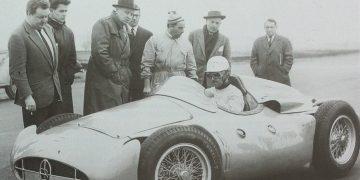 Maurice Trintignant ao volante do T25, Roland Bugatti,à esquerda e Pierre Marco (simanaitissays)