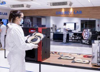 Produção de protetores faciais em impressora 3D (Foto: Leo Lara)