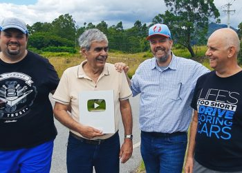 Da esq. para a dir.: Márcio Salvo, Bob Sharp, Paulo Keller e Gerson Borini, e o troféu do YouTube pelos 100 mil inscritos no nosso canal (Foto: Fernando Silva)